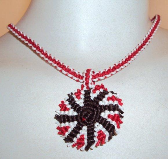 Collar rojo cafe y blanco adorno espiral