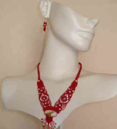 Collar rojo pepas blancas
