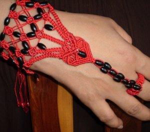 Pulsera con anillo roja pepas negras